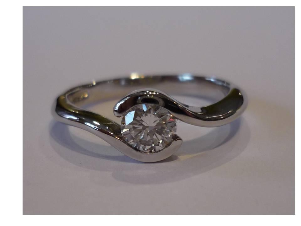 4.8mm diamond 18ct white twist ring NO:324